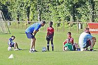 Ramon Berndroth (Sportliche Leiter Leistungszentrum SV Darmstadt 98) sieht den Kindern (hier mit Terence, 6 Jahre aus der G-Jugend) der SKG Wallerstädten zu und gibt Tipps - Jugendtraining der SKG Wallerstädten mit Ramon Berndroth