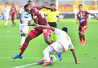 IBAGUE - COLOMBIA, 17-02-2019: Layvin Balanta de Deportes Tolima disputa el balón con Cristian Arrieta de Envigado FC durante partido por la fecha 5 de la Liga Águila I 2019 jugado en el estadio Manuel Murillo Toro de la ciudad de Ibagué. / Layvin Balanta of Deportes Tolima vies for the ball with Cristian Arrieta of Envigado FC during match for the date 5 of the Aguila League I 2019 played at Manuel Murillo Toro stadium in Ibague city. Photo: VizzorImage / Juan Carlos Escobar / Cont
