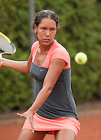 12-8-09, Den Bosch,Nationale Tennis Kampioenschappen, 1e ronde,    Kelly de Beer in actie in de stromende regen