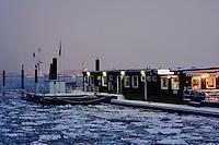 Deutschland, Hamburg, Blankenese, Imbiss auf dem Fähranlager der Elbe, Ponton op 'n Bulln