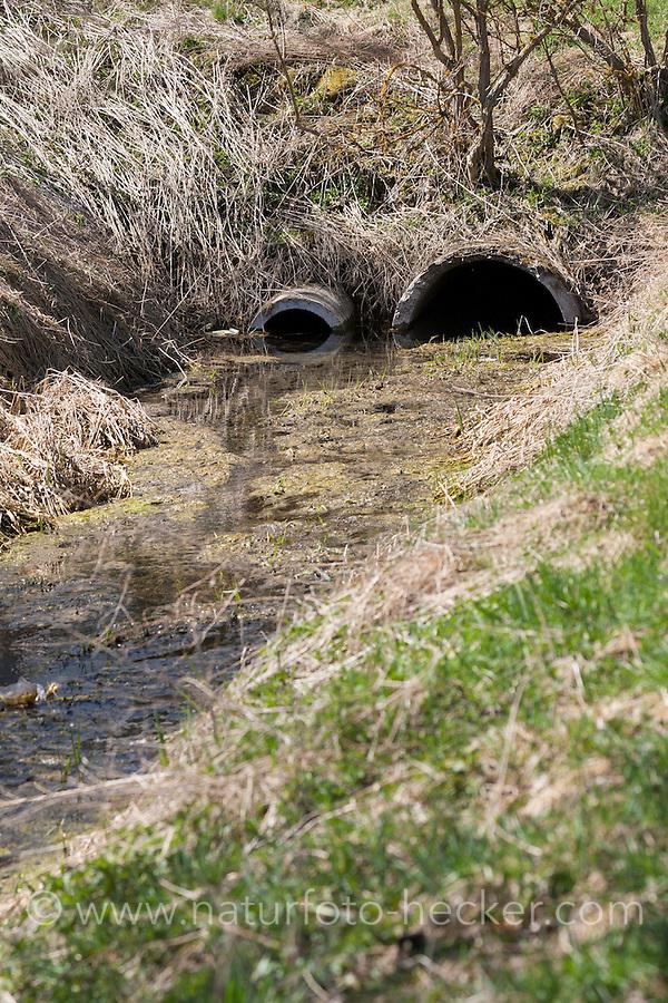 Begradigter und verrohrter Bach, Rohr, Gewässerzerstörung, Begradigung, Bachbegradigung, Flussbegradigung, Naturzerstörung. Straightening, straightened river, stream, regulated river