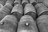 Cutrofiano (Le) - Cantine Aperte 2010 - Masseria L'Astore - Le botti vengono conservate al fresco in appositi locali affinchè il vino possa invecchiare nel migliore dei modi