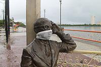 Recife - PE, 27/04/2020 - Covid-19-Recife -  Imagens de estatuas usando mascaras nesta segunda (27), pelas principais ruas do Recife, na verdade, pedacos de tecido vedando boca e nariz sao utilizados. A medida e uma acao da Secretaria de Turismo, Esportes e Lazer (Seturel) do Recife para conscientizar a populacao sobre a necessidade de usar mascara sempre que houver necessidade de sair de casa, durante a pandemia do novo coronavirus. (Foto: Pedro De Paula/Codigo 19/Codigo 19)