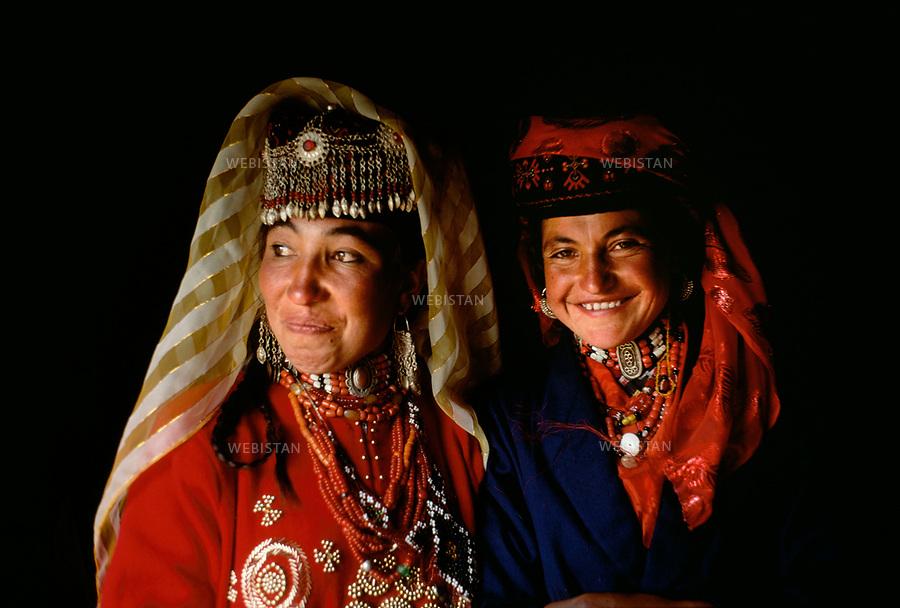 """1995. Tajik women in traditional clothes at a feast in the plain of Mazar during the 40th anniversary of the """"independence"""" of Taxkorgan Tajik Autonomous County. Femmes en costume traditionnel tadjik à un banquet dans la plaine de Mazar lors du 40e anniversaire de """"l'indépendance"""" du comté autonome tadjik de Taxkorgan."""