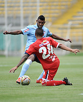 BOGOTA - COLOMBIA -03 -04-2016: Yorman Rueda (Der.) jugador de Fortaleza FC, disputa el balón con Luis Narvaez (Izq.) jugador de Atletico Junior durante partido entre Fortaleza FC  y Atletico Junior por la fecha 11 de la Liga Aguila I-2016, jugado en el estadio Metropolitano de Techo de la ciudad de Bogota. / Yorman Rueda (R) player of Fortaleza FC  vies for the ball with Luis Narvaez (L) player of Atletico Junior during a match between Fortaleza FC and Atletico Junior for the  date 11 of the Liga Aguila I-2016 at the Metropolitano de Techo Stadium in Bogota city, Photo: VizzorImage  / Luis Ramirez / Staff.