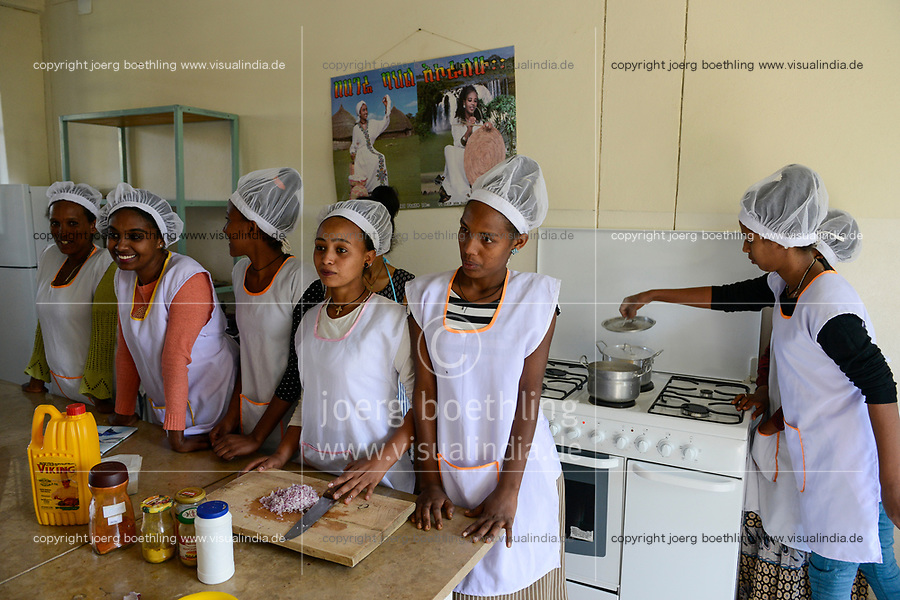 ETHIOPIA, Tigray, Shire, girls in cooking class / AETHIOPIEN, Tigray, Shire, Kochausbildung fuer Maedchen