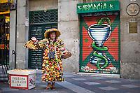 Una venditrice di pasta di mandorle nel centro storico di Madrid