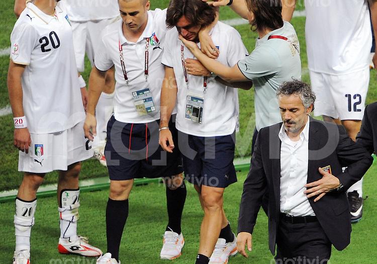 FUSSBALL EUROPAMEISTERSCHAFT 2008  Spanien - Italien    22.06.2008 Trainer Roberto DONADONI (r) nach Spielende mit Fabio CANNAVARO (ll und Andrea PIRLO (ITA).