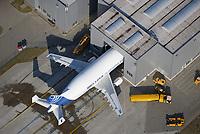 Beluga Beladung: EUROPA, DEUTSCHLAND, HAMBURG,  (EUROPE, GERMANY), 06.02.2018: Bei der Be- und Entladung der Beluga-Flotte am Airbus-Werk in Finkenwerder. In Finkenwerder wird die Belugaflotte wind und wettergeschützt entladen.<br /> <br /> Auch an den weiteren von der A300-600ST - so die offizielle Bezeichnung - angeflogenen Standorten wie Bremen, Broughton oder Saint Nazaire werden Abfertigungshallen gebaut. Grund: Durch die anstehenden Fertigungshochläufe und die hinzukommende Serienfertigung der A350 XWB werden auch die fünf hauseigenen Beluga noch deutlich stärker eingespannt.