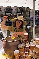 """Europe/France/Auvergne/43/Haute-Loire/Le Puy-en-Velay: Marie-Hélène Lantheaume, de """"La Ferme au Miel"""" à Saint Paulien, vend son miel que le marché paysan sur la place du Plot [Non destiné à un usage publicitaire - Not intended for an advertising use]"""