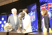 New Orleans Saints Teambesitzer Tom Benson mit Frau und der Vince-Lombardi Troph&auml;e<br /> NFL Commissioner Roger Goodell Pressekonferenz *** Local Caption *** Foto ist honorarpflichtig! zzgl. gesetzl. MwSt. Auf Anfrage in hoeherer Qualitaet/Aufloesung. Belegexemplar an: Marc Schueler, Alte Weinstrasse 1, 61352 Bad Homburg, Tel. +49 (0) 151 11 65 49 88, www.gameday-mediaservices.de. Email: marc.schueler@gameday-mediaservices.de, Bankverbindung: Volksbank Bergstrasse, Kto.: 52137306, BLZ: 50890000