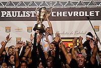 SÃO PAULO, SP,13 MAIO 2012 - CAMPEONATO PAULISTA - SANTOS x GUARANI FINAL Edu Dracena  jogadore do Santos comemora Titulo apos  partida Santos x Guarani válido pela final do Campeonato Paulista no Estádio Cicero Pompeu de Toledo (Morumbi), na região sul da capital paulista na tarde deste domingo (13). (FOTO: ALE VIANNA -BRAZIL PHOTO PRESS).