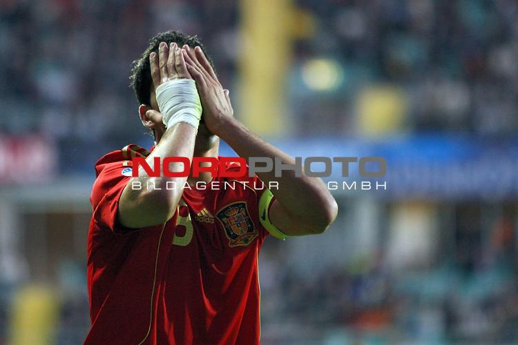 UEFA U21 Europameisterschaft / EM Europeen Championship Under 21 2009 Schweden / Sweden - GŲteborg / Gothenborg 15.06.2009 Group B - Matchday 1 Gamla Ullevi Stadion<br /> <br /> Match 2: Spanien / Spain (ESP) vs. Deutschland / Germany (GER)<br /> <br /> Raul Garcia (Spanien U21 Nationalmannschaft Club Athletico de Madrid #8) verzweifelt. Er vergr&scaron;bt sein Gesicht in den H&scaron;nden.<br /> <br /> Foto &copy; nph ( nordphoto ) *** Local Caption *** Fotos sind ohne vorherigen schriftliche Zustimmung ausschliesslich fŁr redaktionelle Publikationszwecke zu verwenden. Auf Anfrage in hoeherer Qualitaet/Aufloesung *** Local Caption *** <br /> Fotos sind ohne vorherigen schriftliche Zustimmung ausschliesslich fŁr redaktionelle Publikationszwecke zu verwenden.<br /> <br /> Auf Anfrage in hoeherer Qualitaet/Aufloesung
