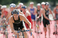 22 JUL 2007 - LONDON, UK - Richard Stannard leads the field from transition - Corus Elite Triathlon Series. (PHOTO (C) NIGEL FARROW)