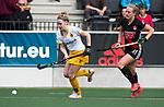 AMSTELVEEN - Hockey - Hoofdklasse competitie dames. AMSTERDAM-DEN BOSCH (3-1) . Imme van der Hoek (Den Bosch) met Lauren Stam (A'dam)   COPYRIGHT KOEN SUYK