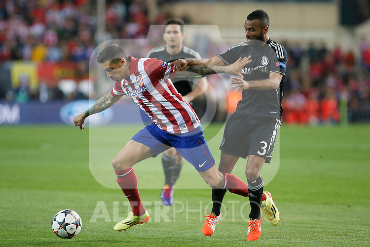 Atletico de Madrid´s Jose Sosa (L) and  Chelsea´s Ashley Cole during Champions League semifinal first leg soccer match between Atletico de Madrid and Chelsea, at the Vicente Calderon stadium, in Madrid, Spain, April 22, 2014. (ALTERPHOTOS/Victor Blanco)