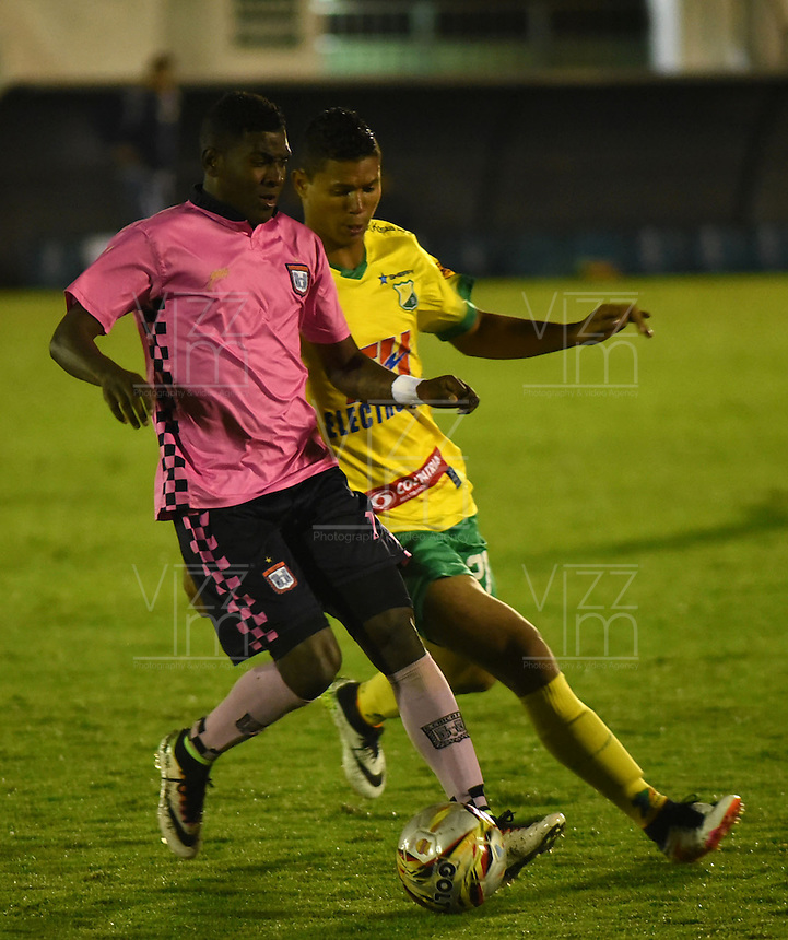 TUNJA - COLOMBIA -28-10-2016: Jhon Riascos (Izq.) jugador de Boyaca Chico FC disputa el balón con William Duarte (Der.) jugador de Atletico Huila, durante partido Boyaca Chico FC y Atletico Huila, de la fecha 18 de la Liga Aguila II-2016, jugado en el estadio La Independencia de la ciudad de Tunja. / Jhon Riascos (L) player of Boyaca Chico FC vies for the ball with William Duarte (R) jugador of Atletico Huila, during a match Boyaca Chico FC and Atletico Huila, for the date 18 of the Liga Aguila II-2016 at the La Independencia  stadium in Tunja city, Photo: VizzorImage  / Cesar Melgarejo / Cont.