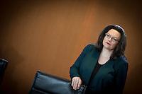 Bundesarbeitsministerin Andrea Nahles (SPD) wartet am Mittwoch (11.03.15) in Berlin im Bundeskanzleramt auf den Beginn der Kabinettssitzung.<br /> Foto: Axel Schmidt/CommonLens