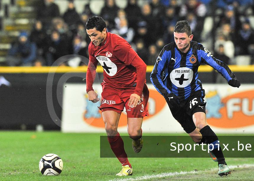 Club Brugge - KV Kortrijk : Mustapha Oussalah aan de bal voor Maxime Lestienne.foto VDB / BART VANDENBROUCKE