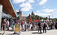 Nederland - Amsterdam - 2018.  Museumpleim. Mensen staan in de rij voor de ticketshop voor het Rijksmuseum.  Foto Berlinda van Dam / Hollandse Hoogte.