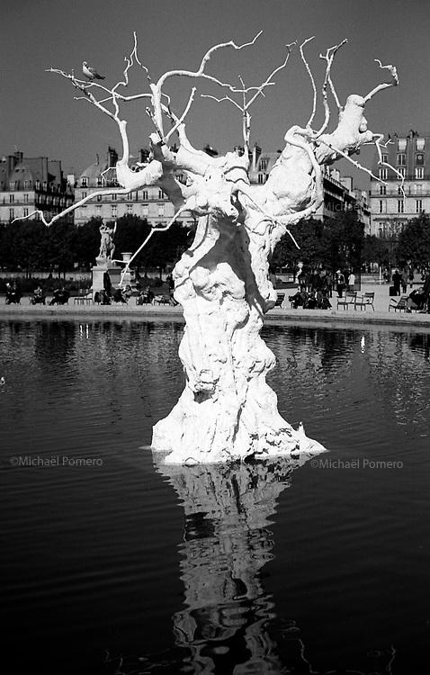 10.2010 Paris (&icirc;le de france)<br /> <br /> Art contemporain au jardin des Tuileries.<br /> <br /> Modern art in the Tuileries Garden.