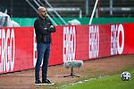 Leverkusens Trainer Peter Bosz steht am Spielfeldrand. <br /> <br /> Foto: Andreas Schlichter/Pool/Thomas Wieck <br /> <br /> Foto © PIX-Sportfotos *** Foto ist honorarpflichtig! *** Auf Anfrage in hoeherer Qualitaet/Aufloesung. Belegexemplar erbeten. Veroeffentlichung ausschliesslich fuer journalistisch-publizistische Zwecke. For editorial use only. DFL regulations prohibit any use of photographs as image sequences and/or quasi-video.