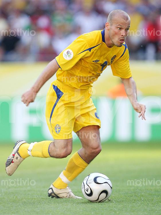 Fussball   WM 2006   Nationalmannschaft Schweden Freddie LJUNGBERG (Schweden), Einzelaktion am Ball