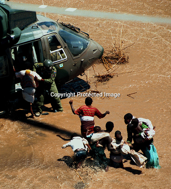 A family being rescued by the South African Army helicopter along Limpopo river in Mozambique during the floodings in February-March in the country; floods.©Per-Anders Pettersson/iAfrika Photos