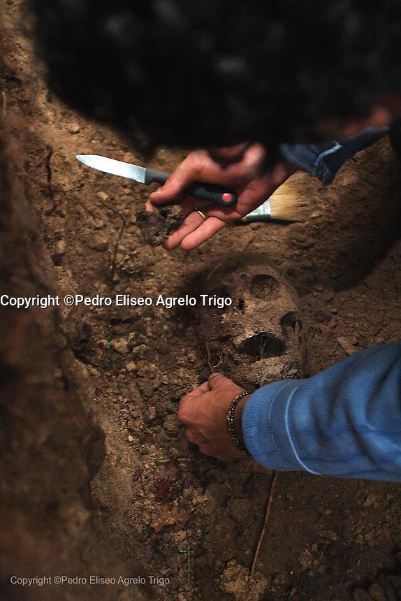 fosa comun, El arqueologo Javier Ortiz del programa de memoria historica ARMH, trabaja en la fosa común que contiene los restos humanos de un equipo de elite que combatió contra el ejercito falangista, fueron engañados y ejecutados.