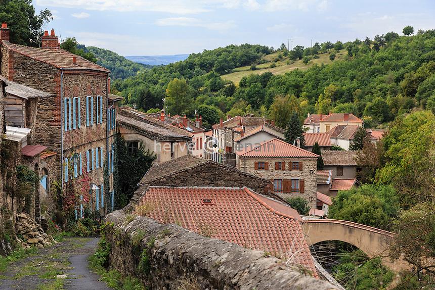 France, Haute-Loire (43), Auzon, montée vers la ville haute par la rue Longue // France, Haute Loire, Auzon, climb to the upper town by Longue street
