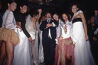 lo stilista Gianfranco Ferrè circondato dalle sue modelle