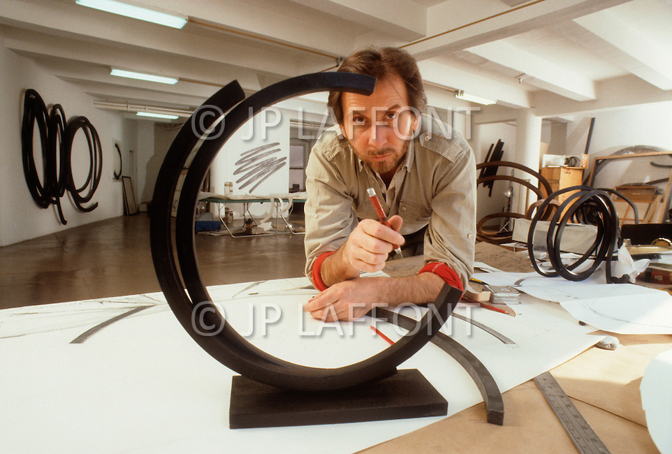 Canal St, New York City, New York - April 14th,1986. Photograph taken of Bernar Venet working in his New York studio. Bernar Venet (born 21 April 1941) is a French conceptual artist who has exhibited his works in various locations around the world, and is particularly renown for his metal Arcs.