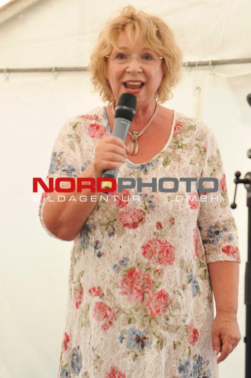 28.07.13, Rote Rosen Studio, Lueneburg, Rote Rosen, Fan-Tag,  im Bild Madeleine Lierck-Wien traegt Chansons vor// during the day 2013/07/28,Lueneburg<br /> Foto &copy; nph/ Witke