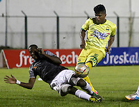 FLORIDABLANCA -COLOMBIA-8-MAYO-2016.Faber Canaveral (Der.) del Bucaramanga    disputa el balón con Jerry Ortiz (Izq.) del Envigado FC  durante partido por la fecha 17 de Liga Águila I 2016 jugado en el estadio Alvaro Gómez Hurtado./ Faber Canaveral l (R) of Bucaramanga fights for the ball with Jerry Ortiz (L) of  Envigado FC during the match for the date 17 of the Aguila League I 2016 played Alvaro Gomez Hurtado . Photo: VizzorImage / Duncan Bustamante / Contribuidor