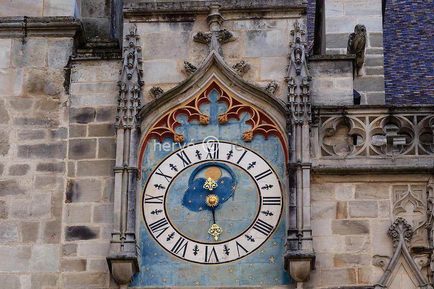 France, Saône-et-Loire (71), Autun, la cathédrale Saint-Lazare d'Autun, pendule extérieure // France, Saone et Loire, Autun, Saint Lazare Cathedral, the clock