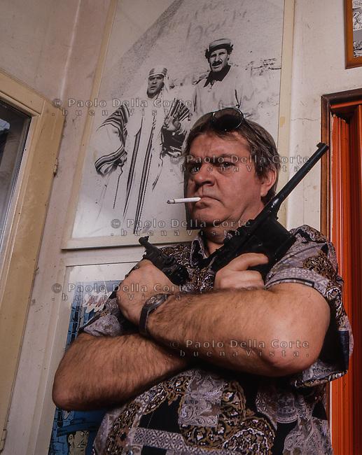 Augusto Bonvicini, in arte Bonvi, disegnatore delle Sturmtruppen, fotografato nel suo studio a Bologna. 1993