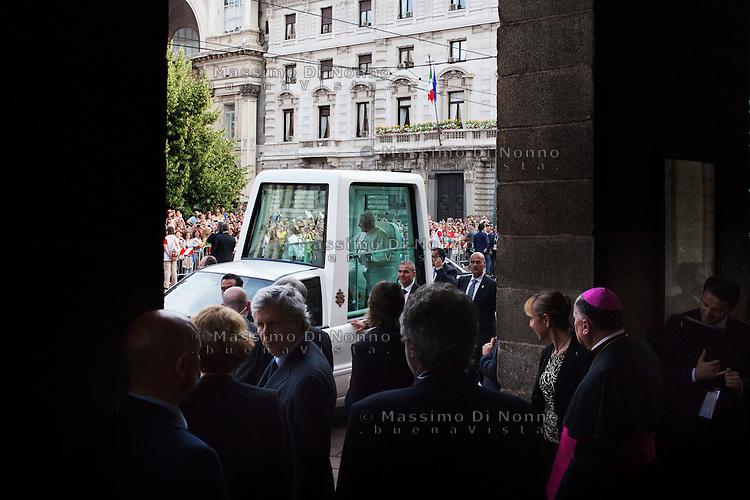 Milano: Papa Benedetto XVI arriva al Teatro alla Scala per il concerto in suo onore..Milan: Pope Benedict XVI arrives at La Scala theatre in Milan during the 7th World Meeting of Families. .