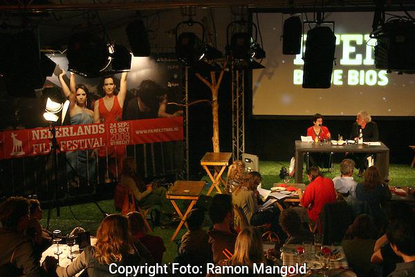 Utrecht.NFF 2008 - Nederlands Filmfestival.20080927.Foto: Ramon Mangold.Eten bij de bios. Gastheer Jan Eilander (Rechts) met documantaire-maakster Heddy Honigmann (Links).