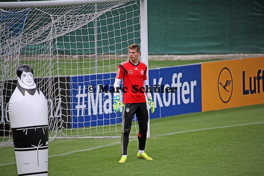 Ron-Robert Zieler und sein Verteidiger - Abschlusstraining der Deutschen Nationalmannschaft gegen die U20 im Rahmen der WM-Vorbereitung in St. Martin