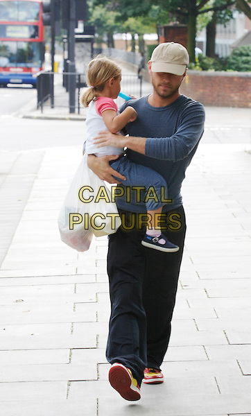 JUDE LAW and daughter.London 15 August 2005.www.capitalpictures.com.sales@capitalpictures.com.©Capital Pictures