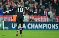 FUSSBALL   CHAMPIONS LEAGUE   SAISON 2012/2013   GRUPPENPHASE   FC Bayern Muenchen - LOSC Lille                          07.11.2012 Jubel Tanz nach dem Tor zum 3:0 Arjen Robben (FC Bayern Muenchen) vor der CHAMPIONS Werbebande
