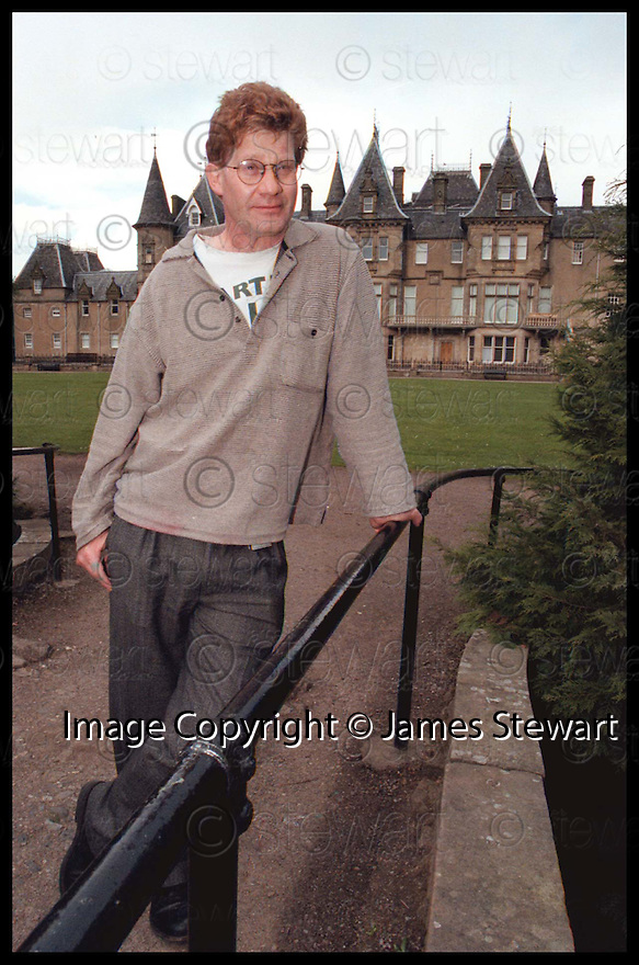 28th April 98   Ref 980214   Copyright Pic : James Stewart   .ARTIST PETER RUSSELL AT CALLENDER HOUSE.......Payments to :-.James Stewart Photo Agency, Stewart House, Stewart Road, Falkirk. FK2 7AS      Vat Reg No. 607 6932 25.Office : 01324 630007        Mobile : 0421 416997.If you require further information then contact Jim Stewart on any of the numbers above.........