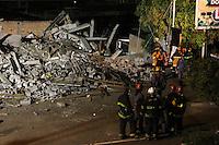 GUARULHOS, SP - 02-12-13 - DESABAMENTO DE PRÉDIO DE 5 ANDARES NA CIDADE DE GUARULHOS/SP. Foto: Geovani Velasquez / Brazil Photo Press