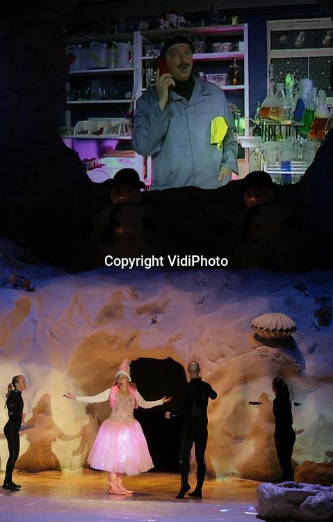 Foto: VidiPhoto..HARDERWIJK - In Dolfinarium in Harderwijk is vrijdagmiddag het officiële startsein gegeven voor de Kerstvakantie. Ruim 1700 schoolkinderen uit Harderwijk mochten gratis de generale repetitie van de nieuwe Kerstshow in het Dolfinarium bijwonen, al dan niet verkleed als Kerstman of -vrouw. Het Dolfinarium is pas op Tweede Kerstdag en van 2-6 januari geopend. Ook op andere plaatsen in het park werd er nog druk getraind met de dieren, zoals de walrussen. Tijdens de winterperiode zijn de walrussen het zwaarst en voelen zich het meest in hun element.