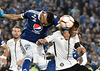 BOGOTA - COLOMBIA, 28-02-2018: Ayron del Valle (Izq) jugador de Millonarios de Colombia disputa el balón con Fabian Balbuena (Der) jugador de Corinthians de Brasil durante partido por la fecha 1, grupo 7, de la CONMEBOL Libertadores 2018 jugado en el estadio Nemesio Camacho El Campin de la ciudad de Bogotá. / Ayron del Valle (L) player of Millonarios of Colombia fights for the ball with Fabian Balbuena (R) player of Corinthians of Brazil during match for the date 1, group 7, of the CONMEBOL Libertadores 2018 played at Nemesio Camacho El Campin stadium in Bogota city. Photo: VizzorImage / Gabriel Aponte / Staff.