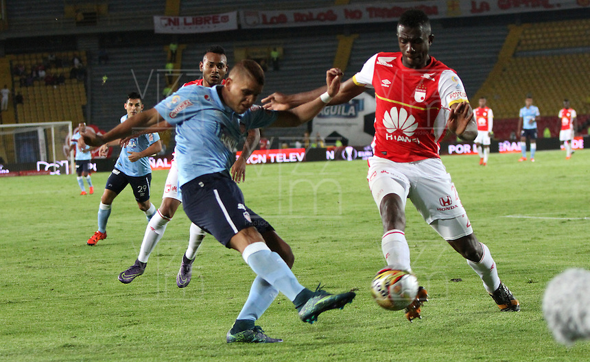 BOGOTÁ -COLOMBIA, 28-NOVIEMBRE-2015. Yair Arrechea jugador del  Independiente Santa Fe disputa el balón contra Gustavo Cuellar del  Atlético Junior durante el encuentro  por los cuartos de final  de la Liga Aguila II 2015 jugado en el estadio Nemesio Camacho El Campín de la ciudad de Bogotá./ Yair Arrechea player of Independiente Santa Fe fights the ball  against  Gustavo Cuellar of Atletico Junior  during  match between Independiente Santa Fe and Atletico Junior the quarterfinals of the Liga Aguila  2015  played in the Nemesio Camacho El Campin stadium in Bogota. Photo: VizzorImage / Felipe Caicedo / Staff