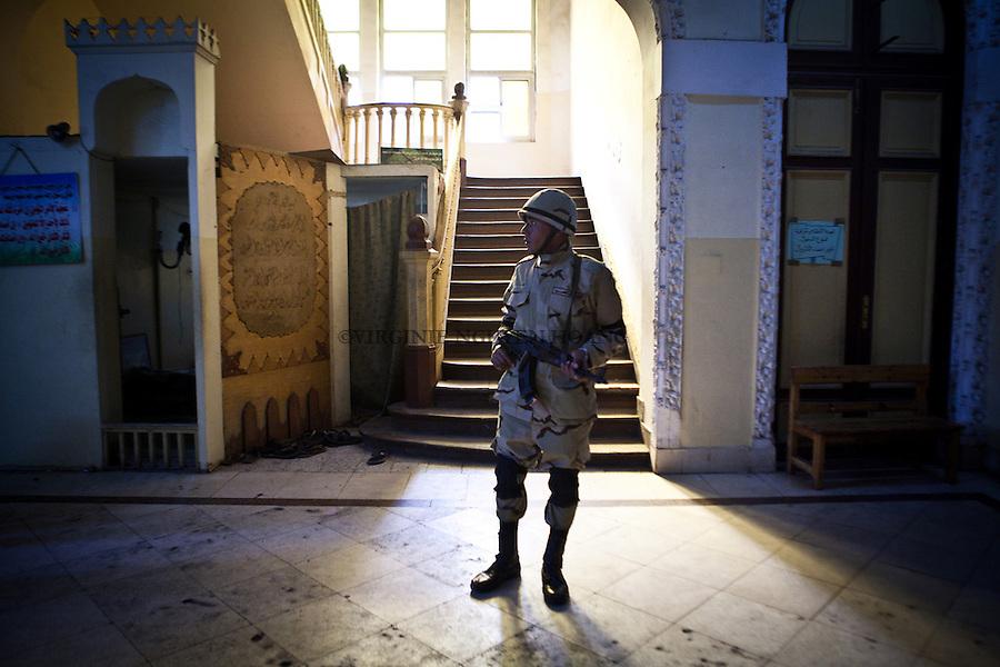 EGYPTE, Le Caire;Un soldat de l'armee egyptienne garde un bureau de vote dans le quartier de Garden City au Caire, le 14 janvier 2014. VIRGINIE NGUYEN HOANG/HANSLUCAS/HUMA