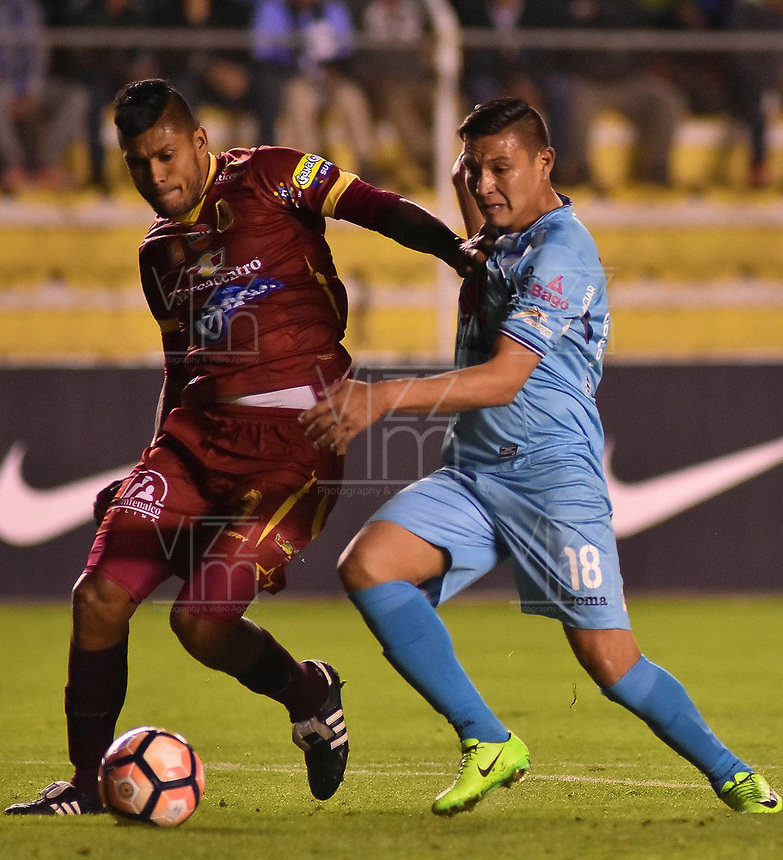 LA PAZ - BOLIVIA, 01-06-2017: Juan Fierro (Der) jugador de Bolívar de Bolivia disputa el balón con Luis Cardoza (Izq) jugador del Deportes Tolima de Colombia durante partido de la primera fase, llave 16 de la Copa Conmebol Sudamericana 2017 jugado en el estadio Hernando Siles de la ciudad de La Paz, Bolivia. / Juan Fierro (R) player of  Bolivar de Bolivia vies for the ball with Luis Cardoza (L) player of Deportes Tolima of Colombia during match for the first phase, Kye 16, of the Conmebol Sudamericana Cup 2017 played at Hernando Siles stadium in La Paz, Bolivia. Photo: VizzorImage / Daniel Miranda / APG Noticias / Cont