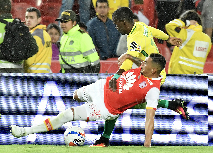 BOGOTÁ -COLOMBIA, 09-07-2017: Yeison Gordillo (Der.) jugador de Santa Fe disputa el balón con Rodin Quiñones (Izq.) jugador del Nacional durante el encuentro entre Independiente Santa Fe y Atletico Nacional por la fecha 1 de la Liga Aguila II 2017 jugado en el estadio Nemesio Camacho El Campin de la ciudad de Bogota. / Yeison Gordillo (R) player of Santa Fe struggles for the ball with Rodin Quiñones (L) player of Nacional during match between Independiente Santa Fe and Atletico Nacional for the date 1 of the Aguila League II 2017 played at the Nemesio Camacho El Campin Stadium in Bogota city. Photo: VizzorImage/ Gabriel Aponte / Staff