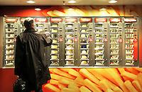 Nederland Amsterdam 2016. Man staat voor een snackautomaat in de hal van Centraal Station. Foto Berlinda van Dam / Hollandse hoogte